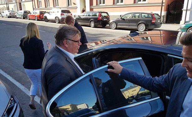 Timo Soinilla oli kiire autoon maanantaina Porissa.