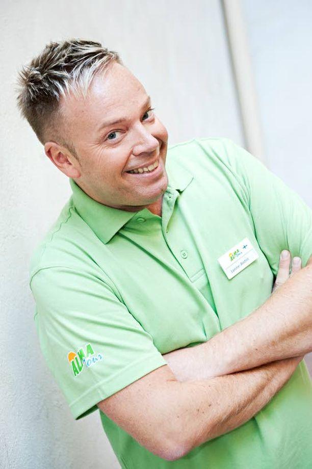 Monitaitoinen Janne Antin on koulutukseltaan myös hiusstylisti. Hänellä on ollut kaksi liikettä, toinen Helsingissä ja toinen Rovaniemellä.