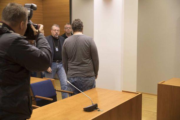 Vastaaja tuotiin oikeuteen vastaamaan syytteeseen Tesoman henkirikoksesta. Myös esitutkintaa johtanut rikosylikomisario Jari Kinnunen tuli paikalle käräjäoikeuteen.