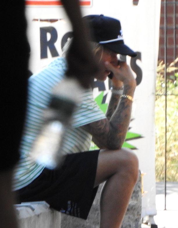 Bieber piiloutui puhelun aikana lippalakkinsa taakse.