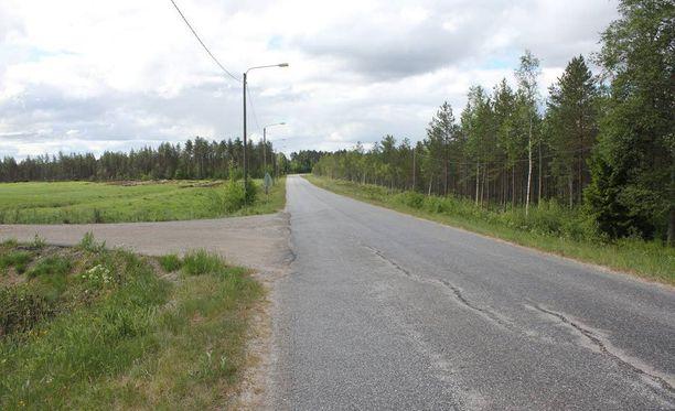 Pyörällä liikkeellä ollut kuusivuotias tyttö löydettiin 4. kesäkuuta Mannisentien varrelta Rasinkentän tiehaaran lähettyviltä vakavasti loukkaantuneena.