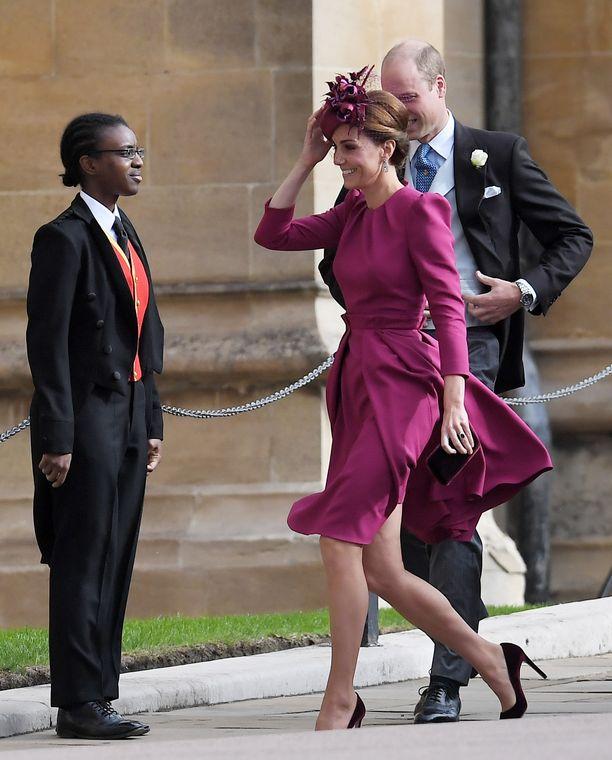 Herttutar Catherine ilahduttaa kirkkaan värisessä Alexander McQueenin asussa. Viininpunaiset samettiasusteet on kuin luotu syyshäihin.