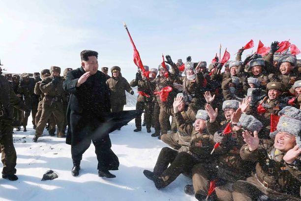 Pohjoiskorealaiset sotilaat hurrasivat suurelle johtajalleen, jonka kerrottiin kiivenneen vuorenhuipulle ihan itse.