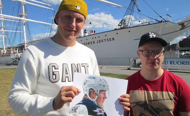 Patrik Laine sai tiistaina Akke Saarelta Lainetta esittävän valokuvan tarkan piirroksen.