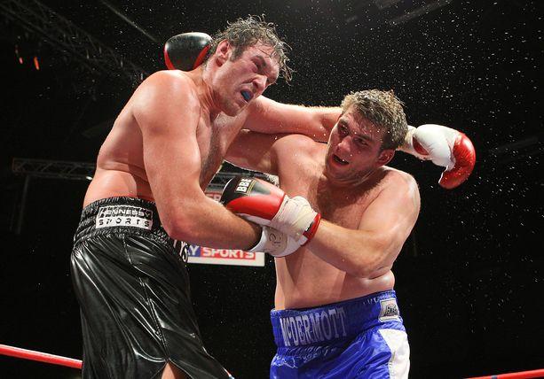 Tyson Fury (vasemmalla) voitti John McDermottin kyseenalaisessa ottelussa vuonna 2009.