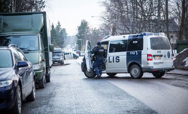 Helsingin Pakilassa on käynnissä poliisioperaatio. Kuva on otettu Pakilantien ja Ripusuontien risteyksestä.