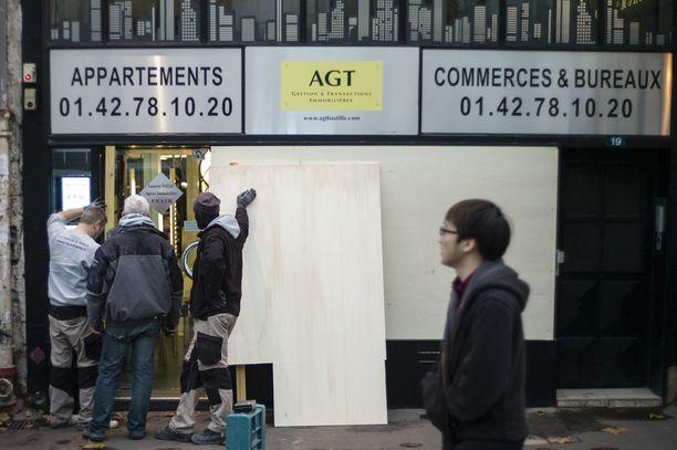 Pariisilaisliike suojasi torstaina ikkunoitaan lauantain mellakoiden varalta.