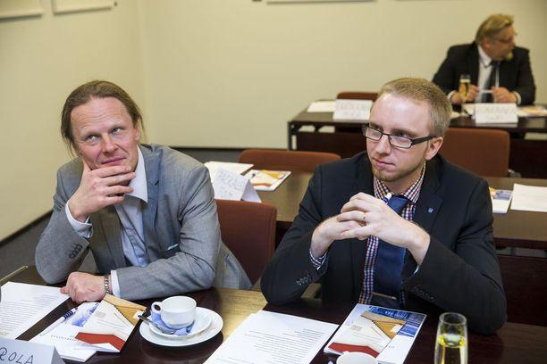 Kun kaikki oli vielä hyvin - Simon Elo ja Juho Eerola eduskunnassa huhtikuussa 2015.