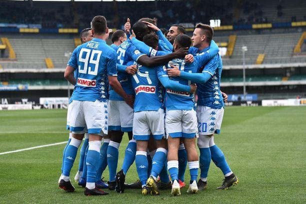 Napoli nappasi 3-1-rutiinivoiton Chievon kustannuksella.