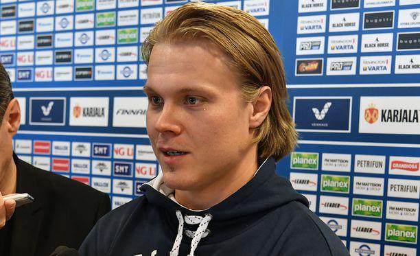Mikael Granlund johdattaa Suomen ykkösketjua. Laidoilla hyökkäävät Kasperi Kapanen ja Mikko Rantanen.