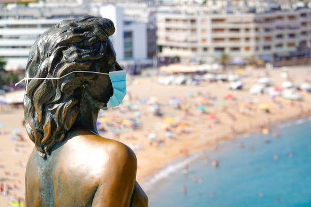 Gironan kaupungissa Kataloniassa jopa Ava Gardnerin patsaalle on laitettu kasvomaski.