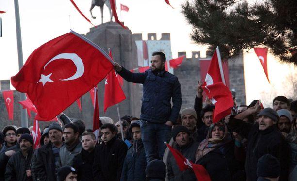 Turkissa on osoitettu mieltä sen jälkeen, kun ainakin 14 sotilasta kuoli pommi-iskussa Kayserin kaupungissa.