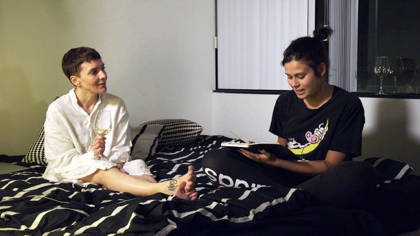 Illalla Sara lukee Marialle päiväkirjaansa.