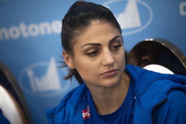 Nooralotta Neziri oli torstaina Qatarissa Suomen joukkueen lehdistötilaisuudessa.