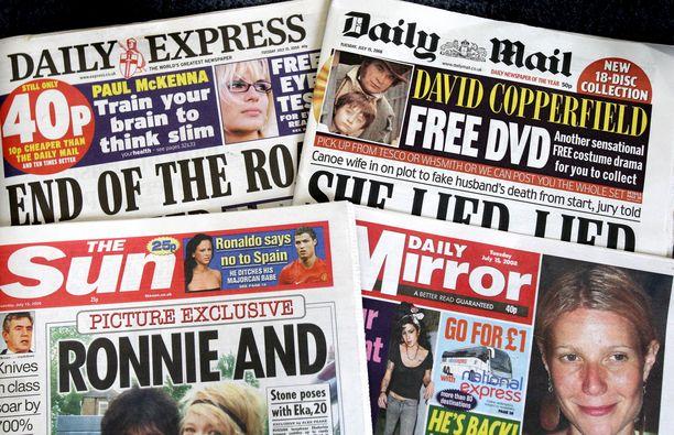 Kuvassa brittiläisiä sanomalehtiä.