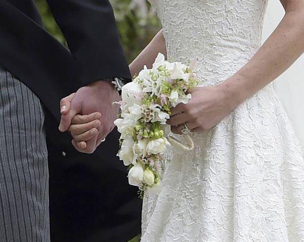 Hääkimppu oli sidottu valkoisista kukista.