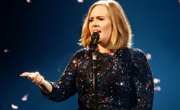 Adele kiertää parhaillaan Eurooppaa.