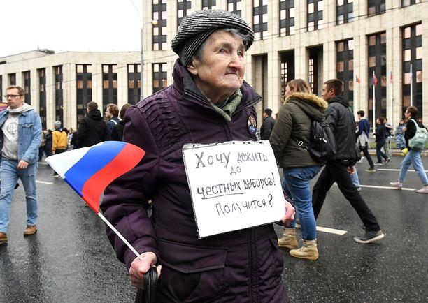 """Mielenosoittaja kantoi kylttiä, jossa luki: """"Haluan elää vapaisiin vaaleihin asti. Onnistuuko?"""""""