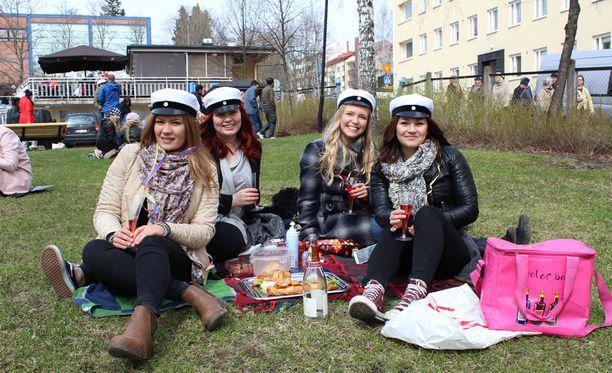 Laura Ahonen, Emma Korhonen, Meini Korpela ja Kaisa Maukonen saapuivat vappupiknikille Jyväskylän Lounaispuistoon.