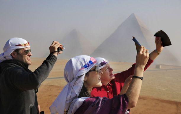 EGYPTI Turistit katselivat pimennystä Gizan pyramideilla.