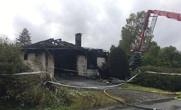 Perheenäiti kuoli tulipalossa. Isä ja yksi lapsista on sairaalahoidossa.