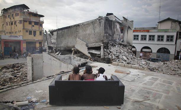 Kolme seksityöläistä Port-au-Princessa. He odottavat erityisesti valkoisia nelipyörävetoja, koska avustustyöntekijät maksavat paremmin.
