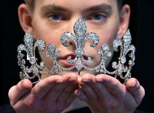 Myös tämä kruunu kuului kymmenen korun kokoelmaan, josta maksettiin yhteensä 53,2 miljoonaa dollaria, eli noin 47 miljoonaa euroa.