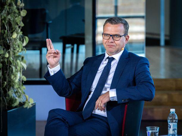 Kokoomuksen puheenjohtajalla Petteri Orpolla on syytä hymyyn.