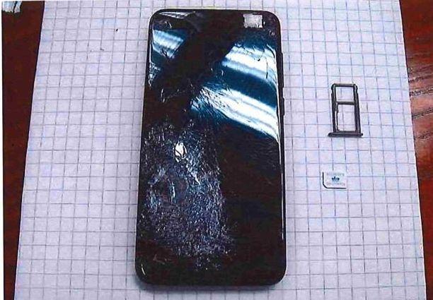Huumekaupoille tulleen ostajan Huawei-puhelin särkyi luodin osumasta.