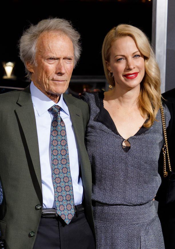 Clint Eastwood ja Alison-tytär punaisella matolla The Mule -elokuvan ensi-illassa.