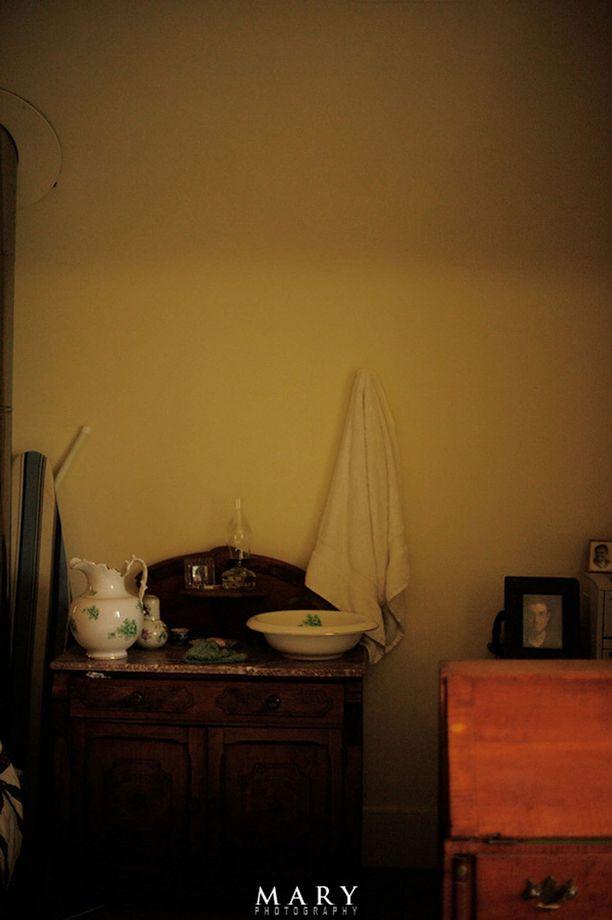 Kasvot pestään vadissa, ja vesi kannetaan kannussa.
