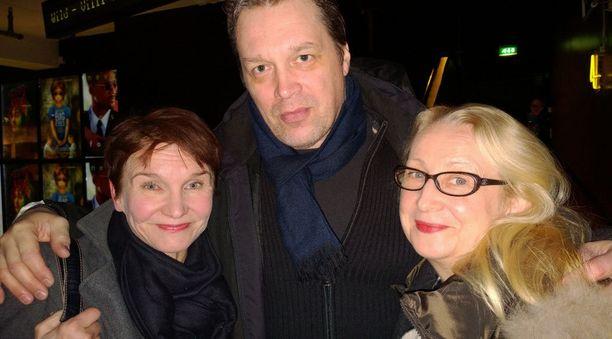 Teija Sopasen tytär, näyttelijä Jaana Oravisto, näyttelevä aviomies Pentti Helin ja näyttelijä Anu Majalahti.
