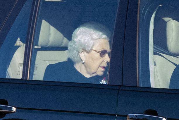 Kuningatar Elisabet kuvattiin viime viikolla auton takapenkillä.