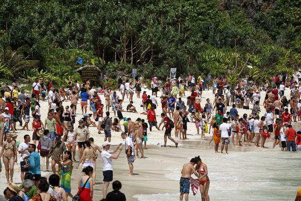 Todellisuus rannalla on ollut turistiryysiksen myötä kaikkea muuta kuin satumainen. Valtavat turistimassat ovat täyttäneet rannan ja lahden veden, eikä luonto kestänyt kuormitusta.