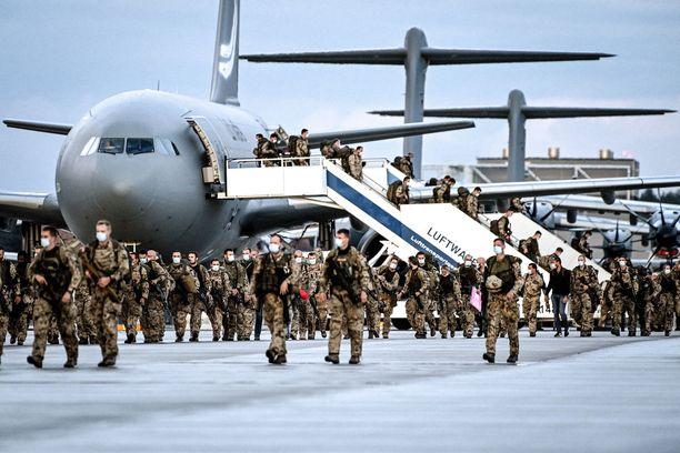 Ohi on. Saksan sotilaat poistuivat koneesta Wunstorfin sotilastukikohdassa perjantaina, kun maa laittoi pisteen omalle evakuointioperaatiolleen.