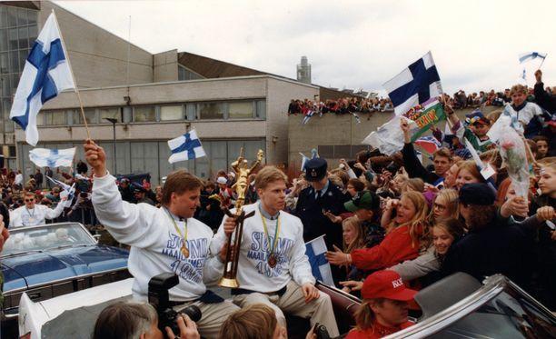 Timo Jutila, Saku Koivu ja MM-pokaali saapuivat Helsingin keskustaan avoautolla.