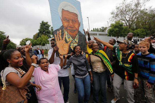 Eteläafrikkalaisten elämänilo näkyy läpi. Kansalaiset juhlivat kaduilla Nelson Mandelan upeita saavutuksia.
