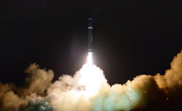 Pohjois-Korean kansallisen uutistoimiston (KCNA) julkaisema kuva Hwasong-15 -ohjuksen laukaisusta.
