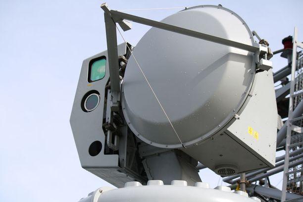 Hamina-luokan peruskorjattaviin ohjusveneisiin tulee päivitetty versio CEROS 200 -maalinosoitusjärjestelmästä.