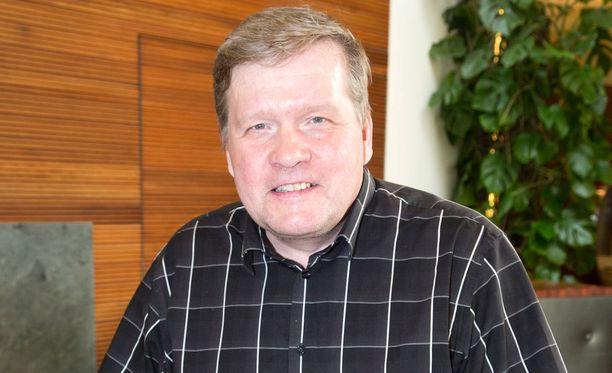 Lauri Karhuvaara on tehnyt reilun kolmen vuosikymmenen mittaisen uran tv:ssä.