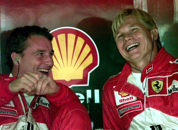 Ferrarin Eddie Irvine (vas.) ja Mika Salo valmistautuivat vuoden 1999 Unkarin GP:hen varsin vapautuneissa tunnelmissa.