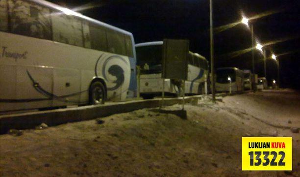 Kymmenet linja-autot pysähtyivät tiesulkuun.