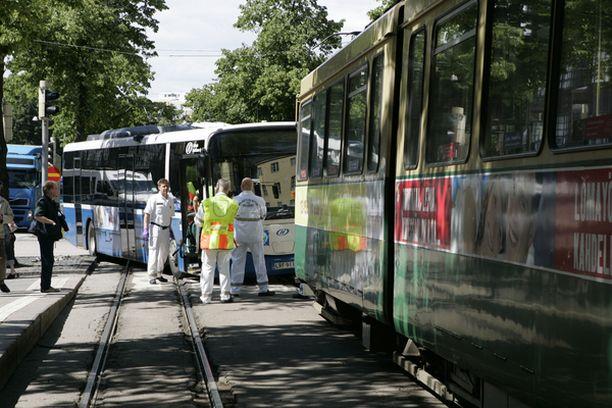 Raitiovaunu törmäsi pysäkillä olleen vaunun perään Mäkelänkadulla Helsingissä.