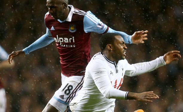 Tottenhamin Danny Rose häviää kaksinkamppailun West Hamin Alou Diarralle.