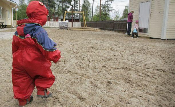 Päiväkotilasten karkailut aiheuttavat vaaratilanteita myös Suomessa.