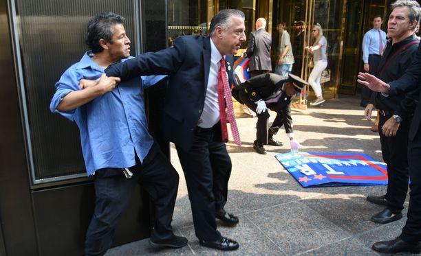 Sciller taltuttaa mielenosoittajaa Trump Towerin edessä New Yorkissa vuonna 2015.