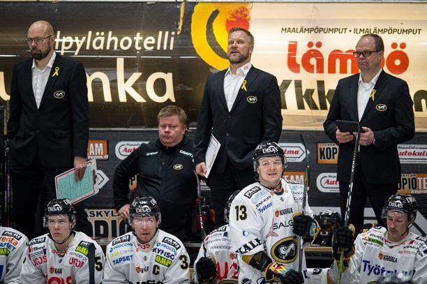 Päävalmentaja Mikko Manner (takana keskellä) johti Kärpät koronaviruksen keskeyttämällä kaudella runkosarjan voittoon.
