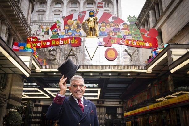 Savoy on yksi Lontoon tunnetuimmista hotelleista. Tänä jouluna siellä ei jäykistellä, koska Legot ovat vallanneet hotellin tilat.