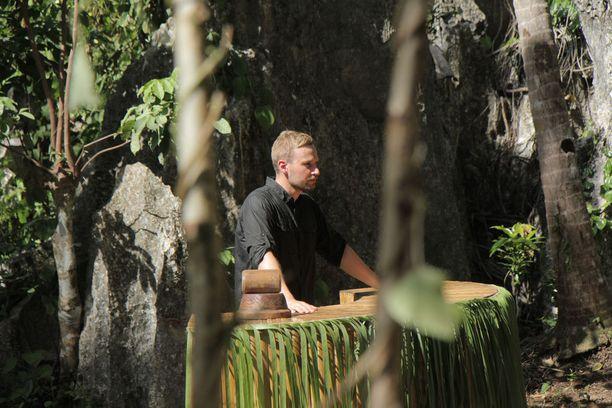 Juuso Mäkilähde vietti saarella koko tuotannon ajan, sillä hän juontaa ohjelman alusta loppuun.
