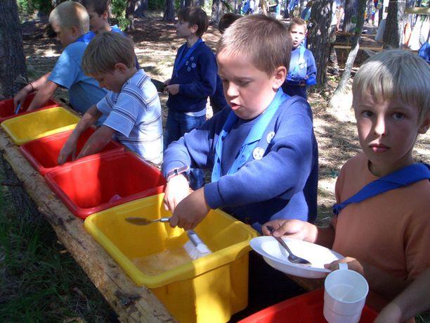 LEIRIARKEA Partioleirillä nuorimmatkin pääsevät tiskaamaan astiansa joka päivä.